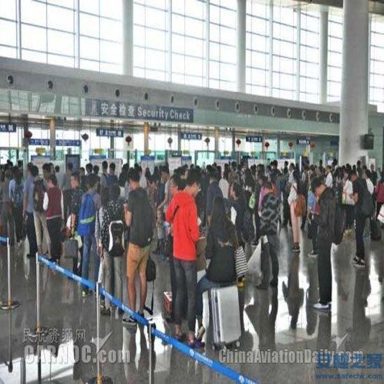 机场安检查出眼镜蛇 从快递麻袋中竖起