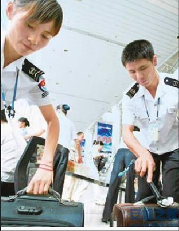 厦门机场安检在国内B通道从旅客的随身雨伞中查获刀片