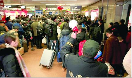 节后首日抵沪旅客超50万过个地铁安检就需半个小时