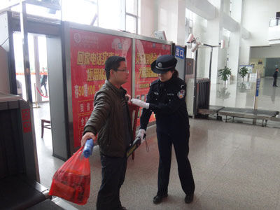 机场安检处遭小偷光顾,两信封现金不翼而飞